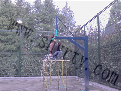 维修篮球板施工现场